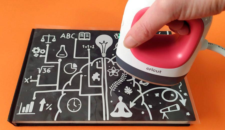 Planchado sobre vinilo con la mini plancha térmica de Cricut EasyPress Mini