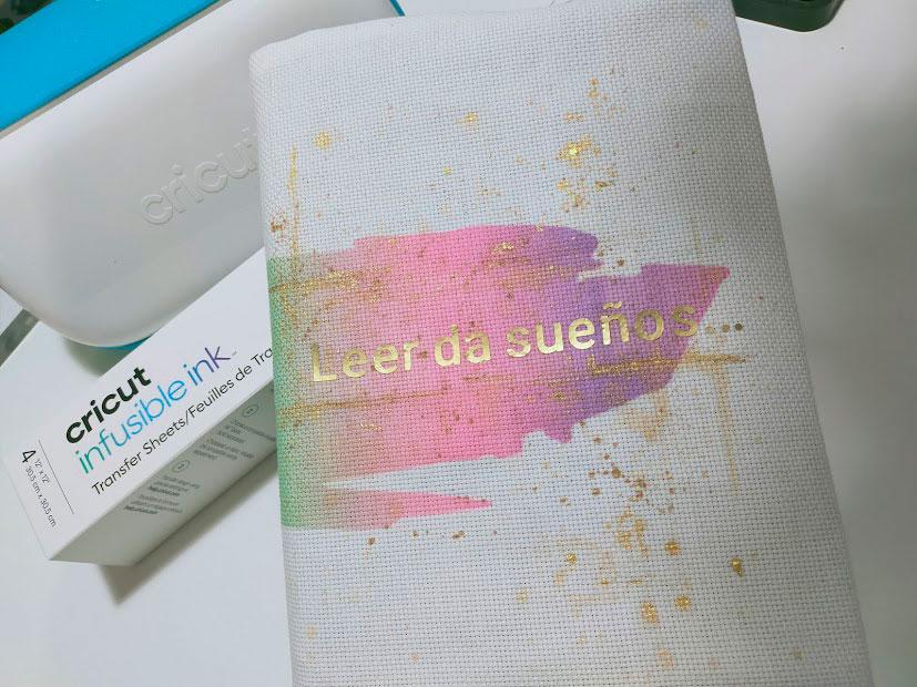 funda para libros hecha con Infusible Ink de Cricut
